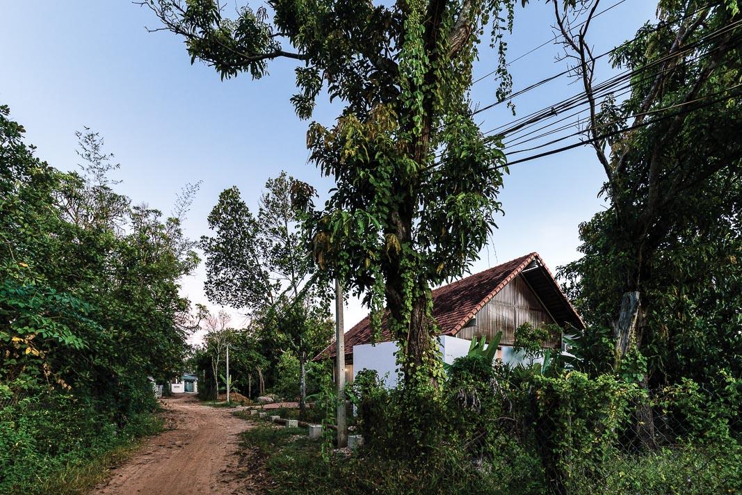 Công trình nhìn từ trên cao và trong tương quan với các ngôi nhà khác trên địa bàn mà nó tọa lạc 3