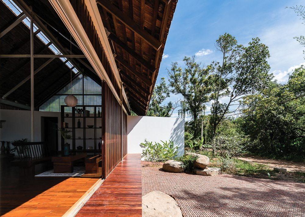 Với góc nhìn này, giữa nội thất và sân vườn chỉ là sự phân giới rất nhẹ nhàng, sâu phía trong là hành lang liên kết hai phòng ngủ 1
