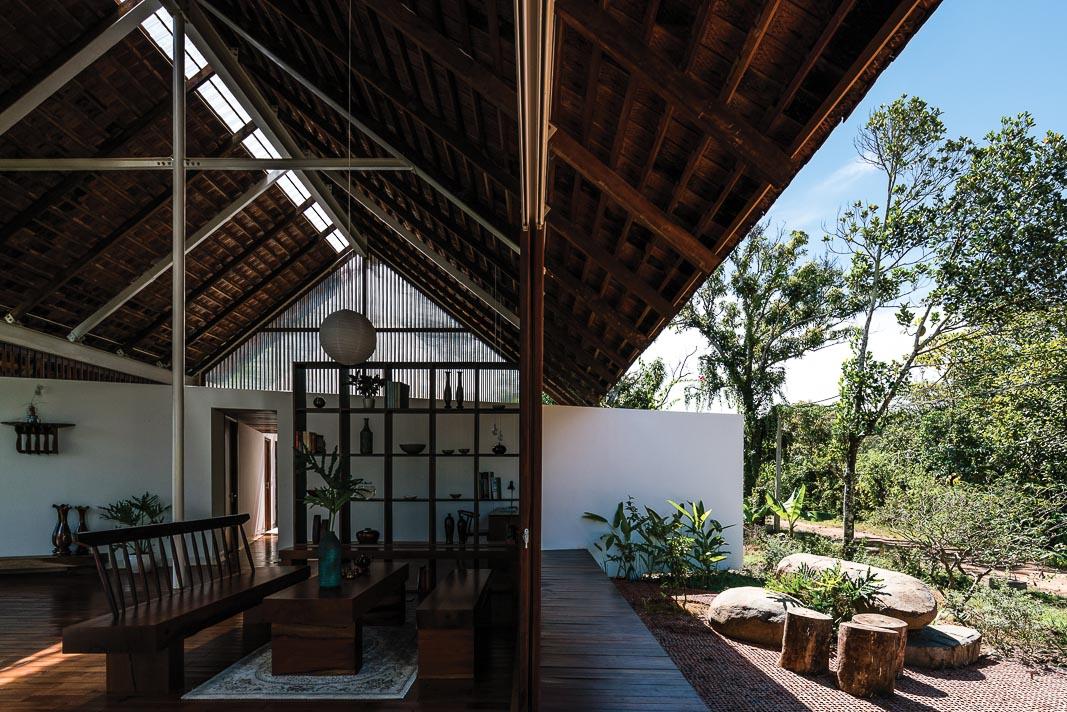 Với góc nhìn này, giữa nội thất và sân vườn chỉ là sự phân giới rất nhẹ nhàng, sâu phía trong là hành lang liên kết hai phòng ngủ 2