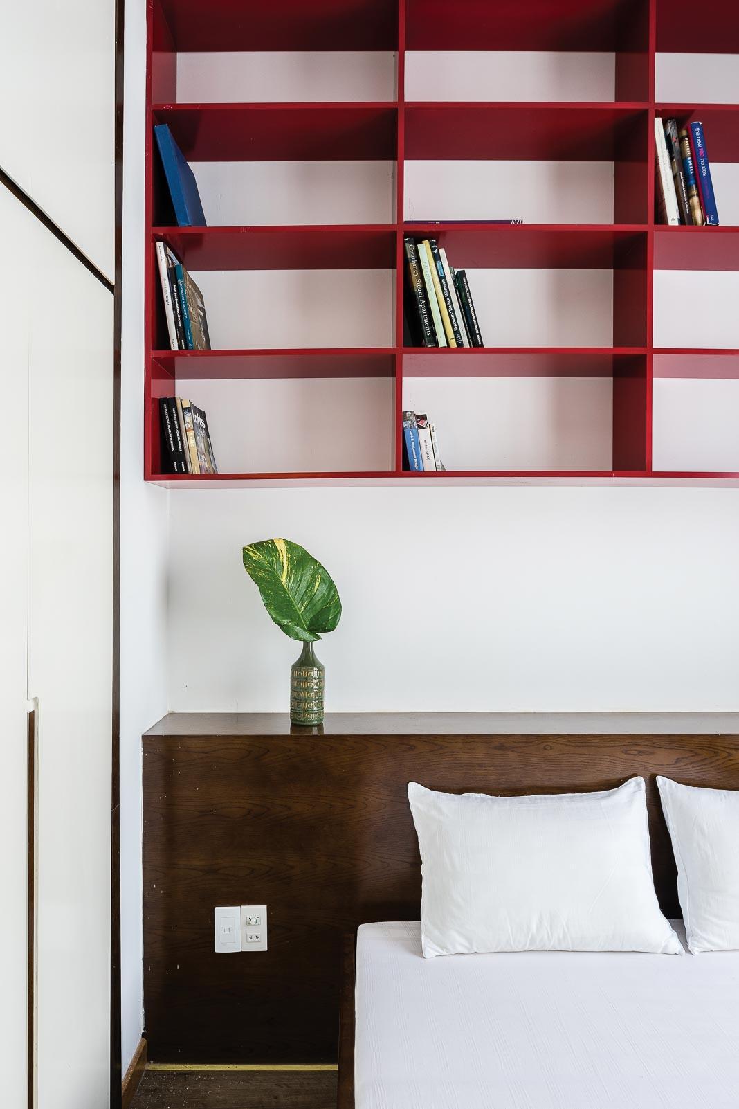 Phòng ngủ với các góc nhìn khác nhau. Bức tranh trong phòng ngủ là đồ trang trí hiếm hoi chủ nhân sử dụng là kỷ niệm của một người bạn 2