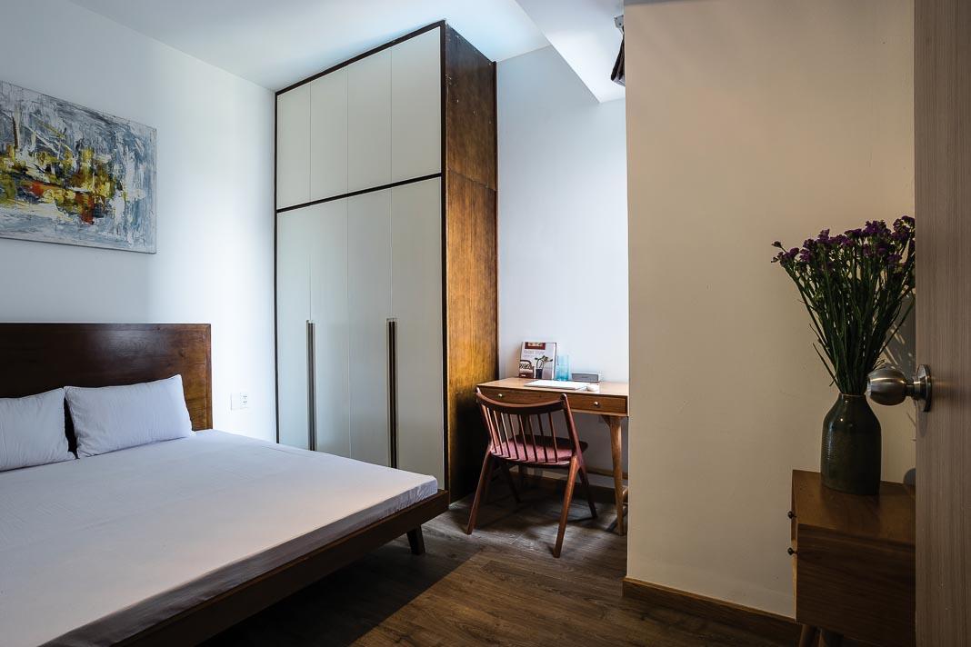 Phòng ngủ với các góc nhìn khác nhau. Bức tranh trong phòng ngủ là đồ trang trí hiếm hoi chủ nhân sử dụng là kỷ niệm của một người bạn 3
