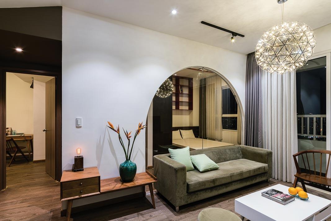 Mảng kính và rèm treo ngăn cách giữa phòng khách và phòng ngủ khai thác rất linh hoạt, trong trường hợp này là rèm đang được mở để thấy xuyên suốt cả hai không gian