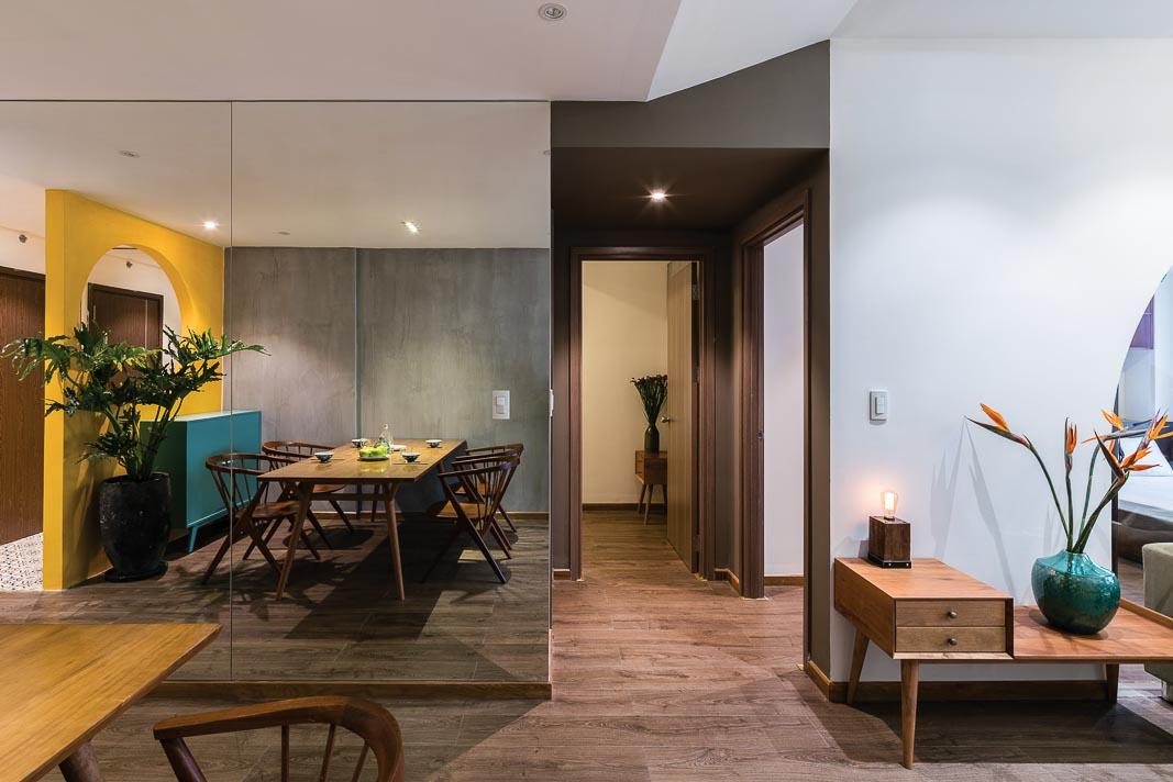 Từ không gian sinh hoạt chung nhìn về phía hành lang kết nối hai phòng ngủ