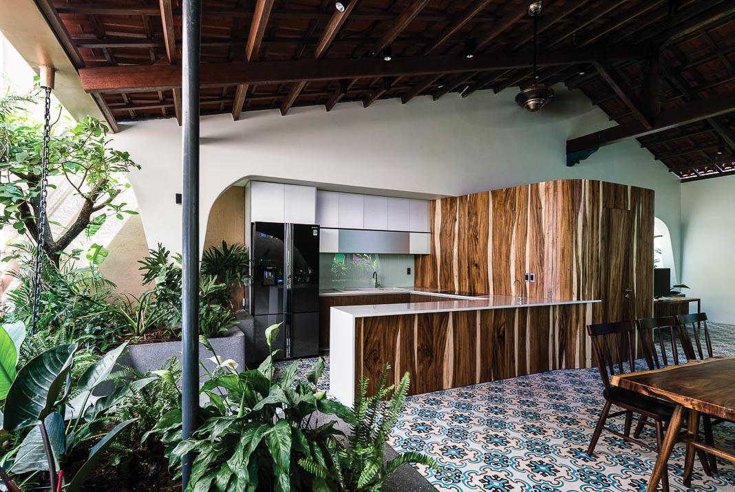 Khối gỗ giữa khu bếp và phòng khách có vai trò khá lớn, để đóng, mở và dẫn dắt cảm xúc của không gian ở nhiều thời điểm khác nhau trong ngày khi tương tác với ánh sáng và mảng xanh chung quanh 3