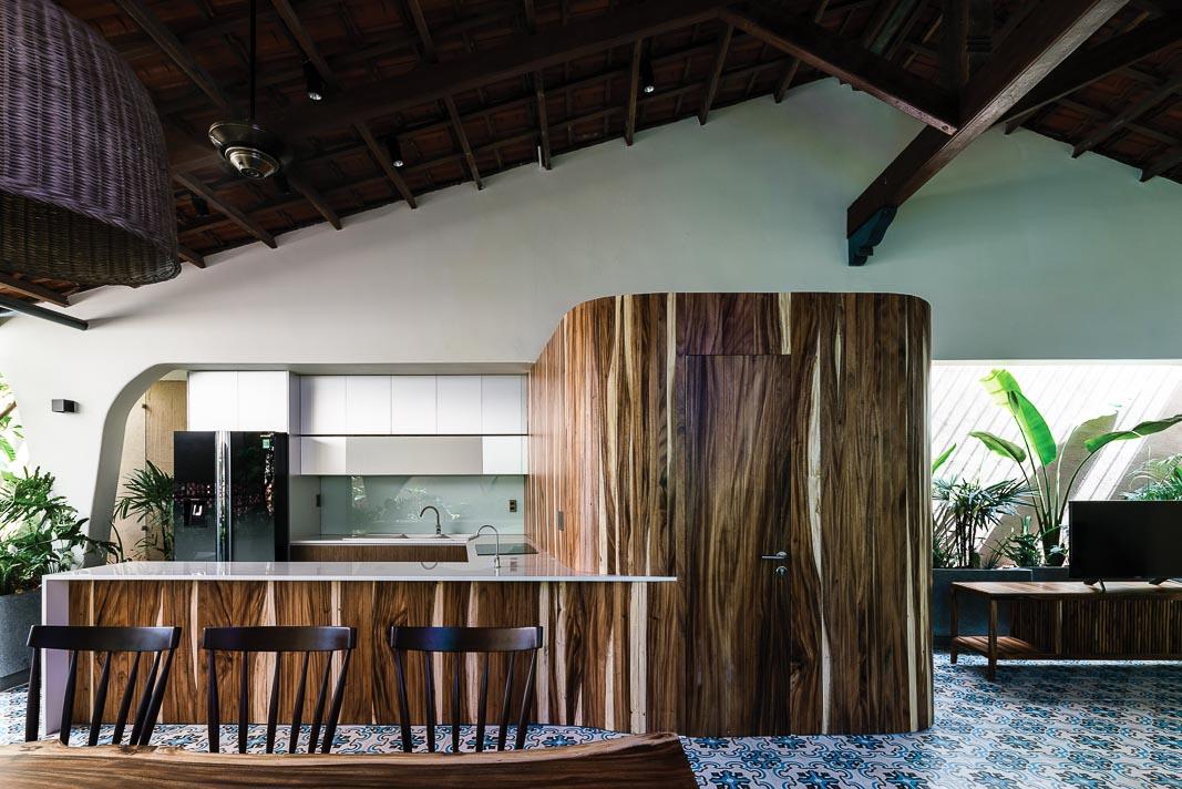 Khối gỗ giữa khu bếp và phòng khách có vai trò khá lớn, để đóng, mở và dẫn dắt cảm xúc của không gian ở nhiều thời điểm khác nhau trong ngày khi tương tác với ánh sáng và mảng xanh chung quanh 4