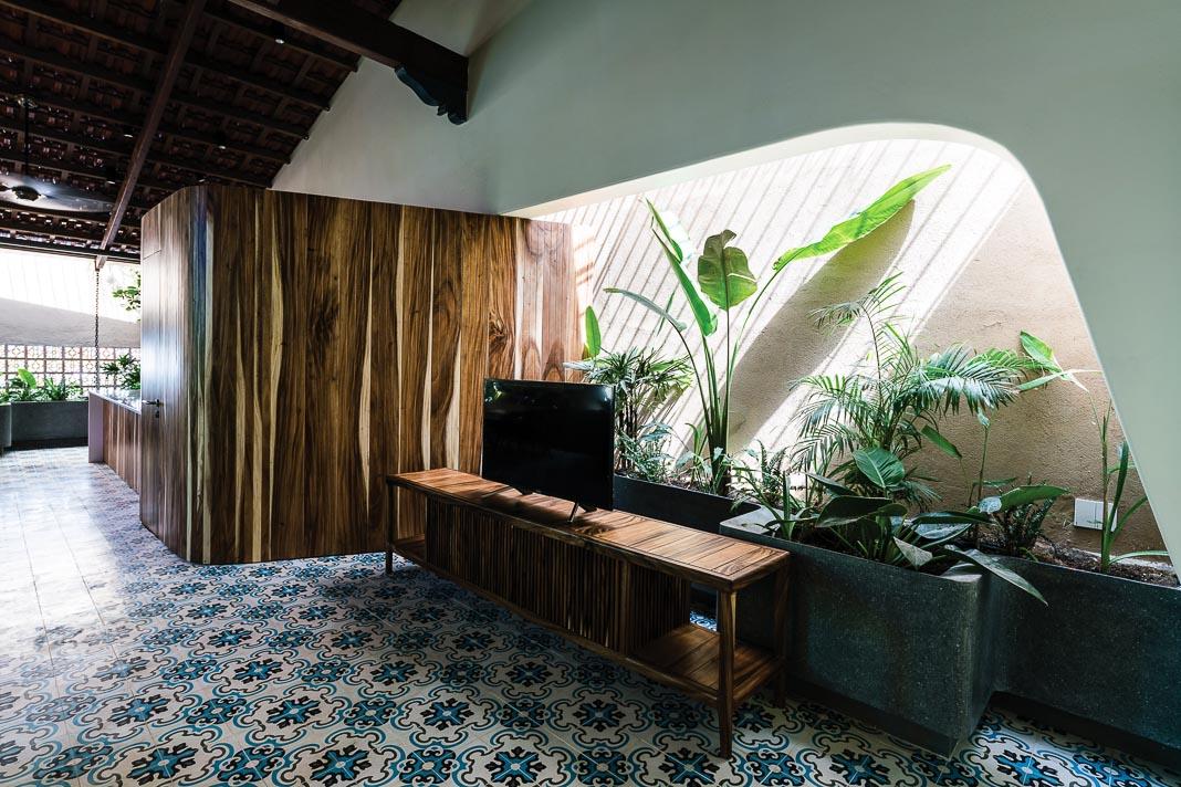 Khối gỗ giữa khu bếp và phòng khách có vai trò khá lớn, để đóng, mở và dẫn dắt cảm xúc của không gian ở nhiều thời điểm khác nhau trong ngày khi tương tác với ánh sáng và mảng xanh chung quanh 5