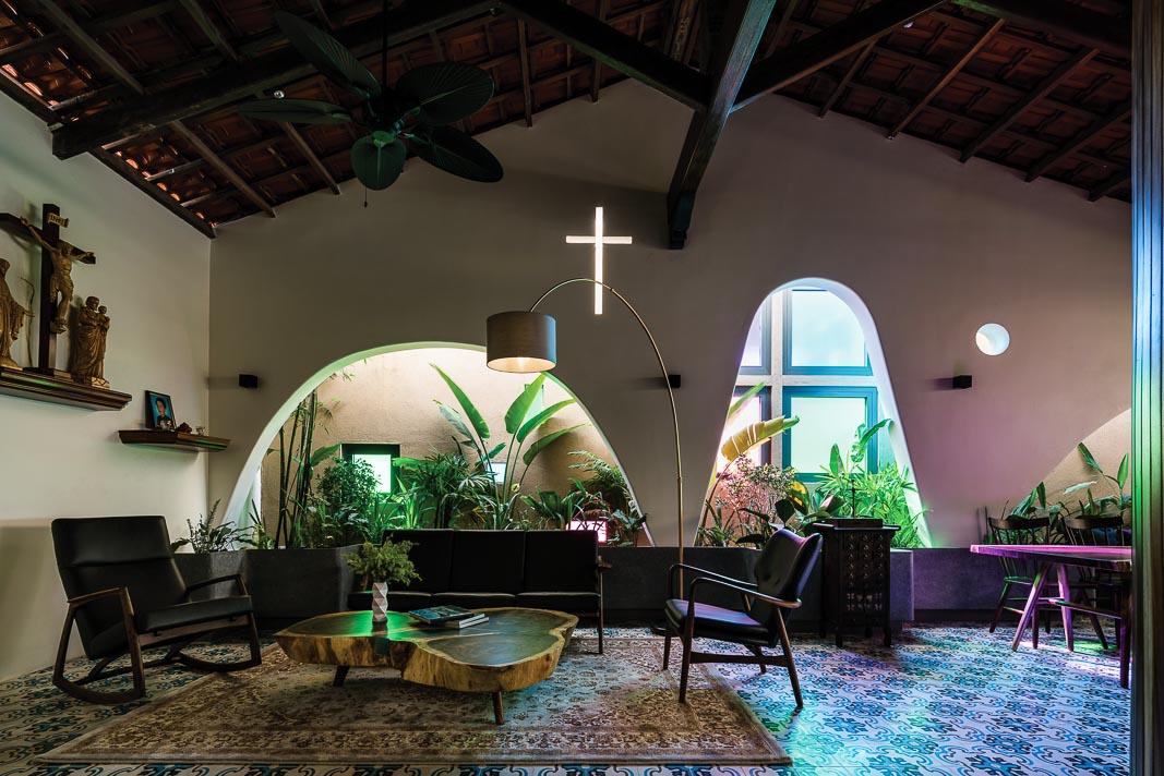 Góc tiếp khách với vườn xanh hai bên, màu sắc và các chi tiết đem lại nhiều cảm xúc gắn liền với niềm tin tôn giáo của gia chủ 2