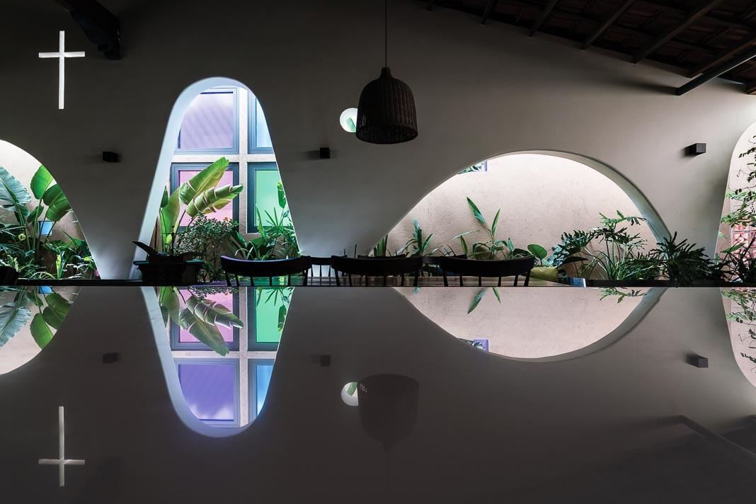 Góc tiếp khách với vườn xanh hai bên, màu sắc và các chi tiết đem lại nhiều cảm xúc gắn liền với niềm tin tôn giáo của gia chủ 3