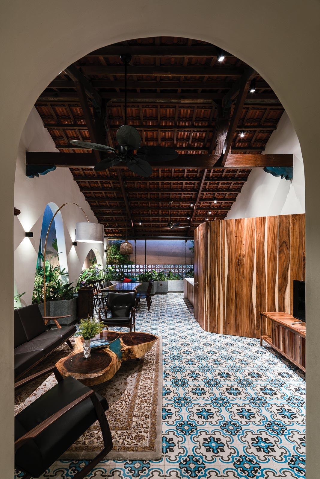 Khối gỗ giữa khu bếp và phòng khách có vai trò khá lớn, để đóng, mở và dẫn dắt cảm xúc của không gian ở nhiều thời điểm khác nhau trong ngày khi tương tác với ánh sáng và mảng xanh chung quanh 1