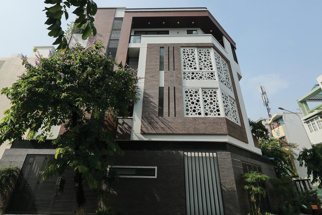 Ngày càng nhiều công trình biết kết hợp việc chống nóng để tạo nên hình khối đóng - mở hấp dẫn cho mặt ngoài nhà 1